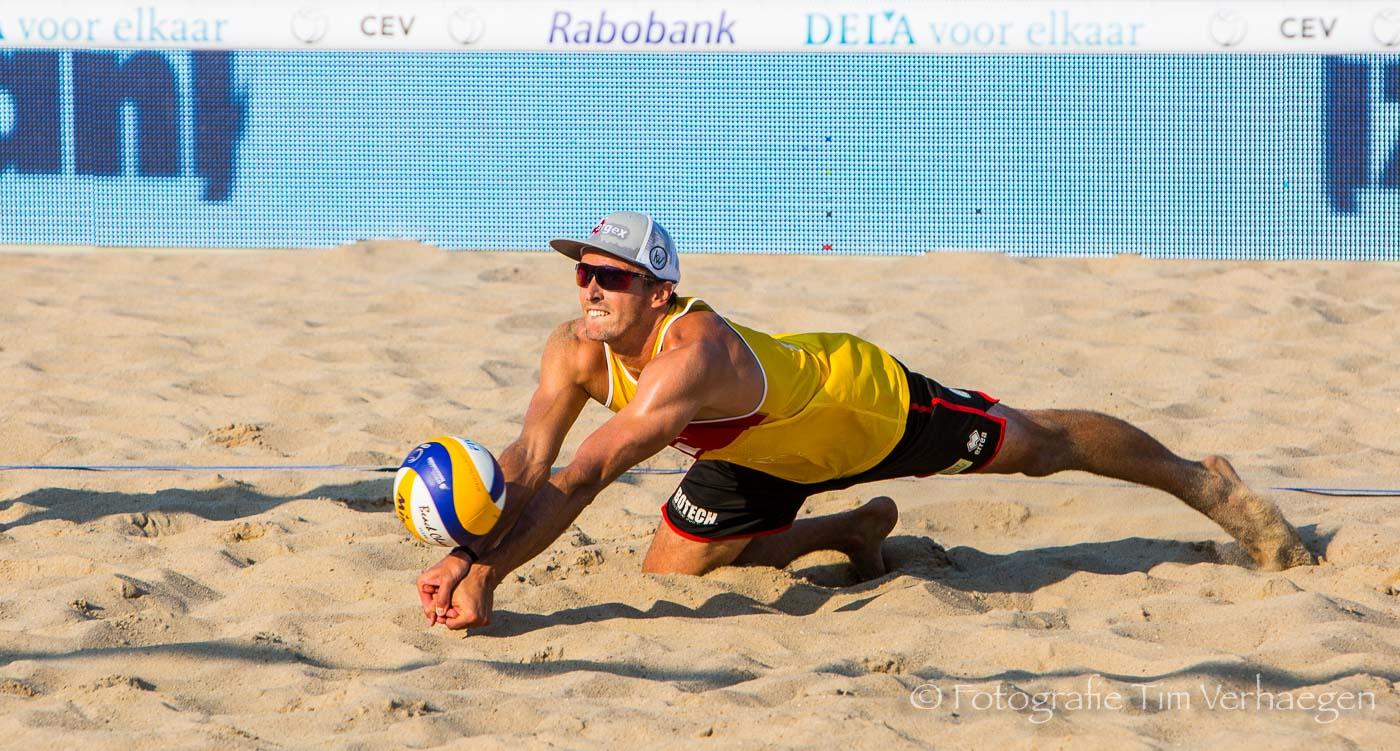 20181607: Dries Koekelkoren duikt in het zand voor een receptie tijdens het EK Beachvolleybal in Den Haag Nederland)