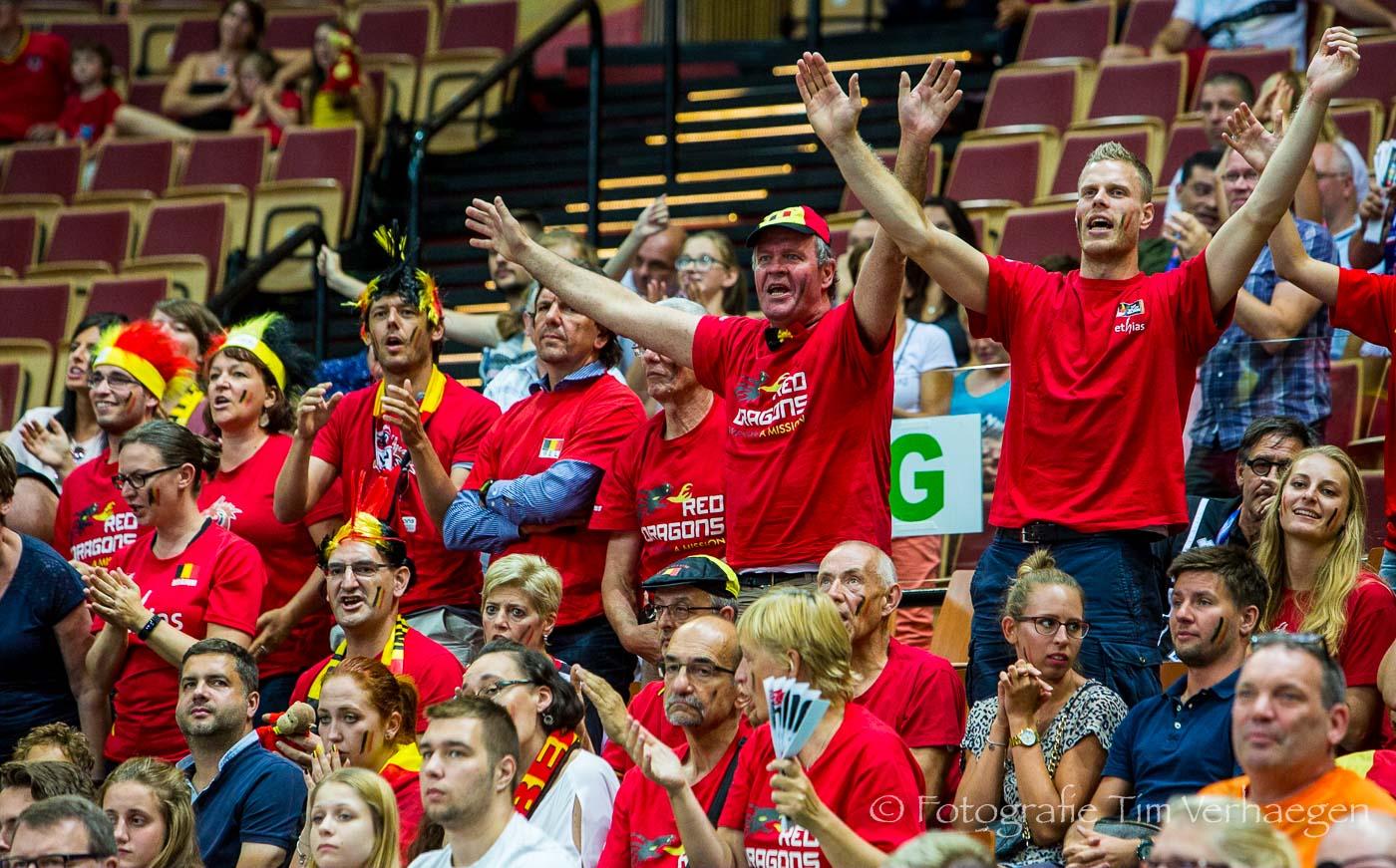 20172708: Belgische fans van de Belgian Red Dragons juichen hun team toe tijdens de poulewedstrijd tegen Turkije op het Europees Kampioenschap in Polen (Spodek in Katowice).